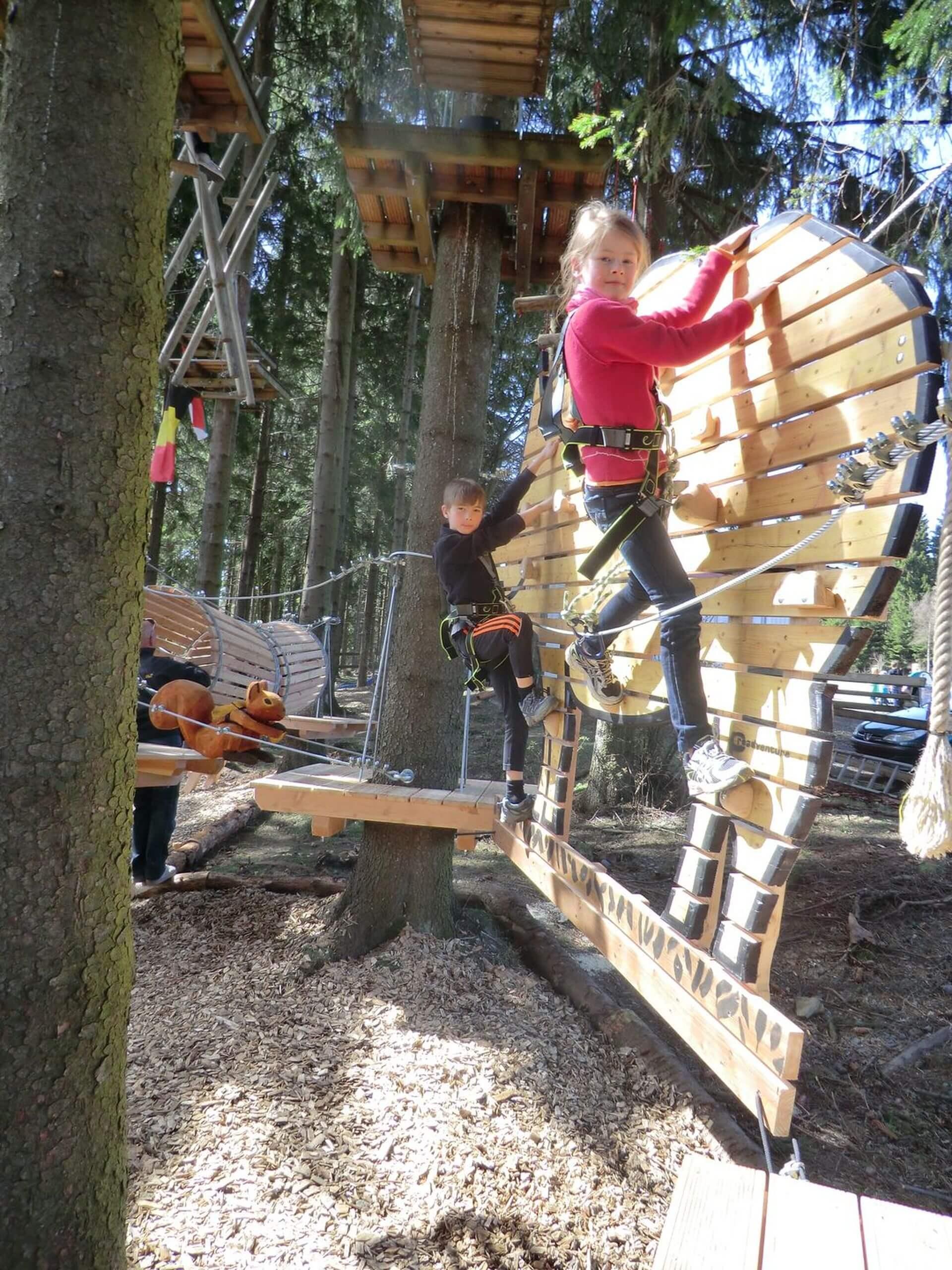 Kleinkinder Klettern im Kinderparcours Kletterwald Winterberg am Erlebnisberg Kappe (2) Hochformat