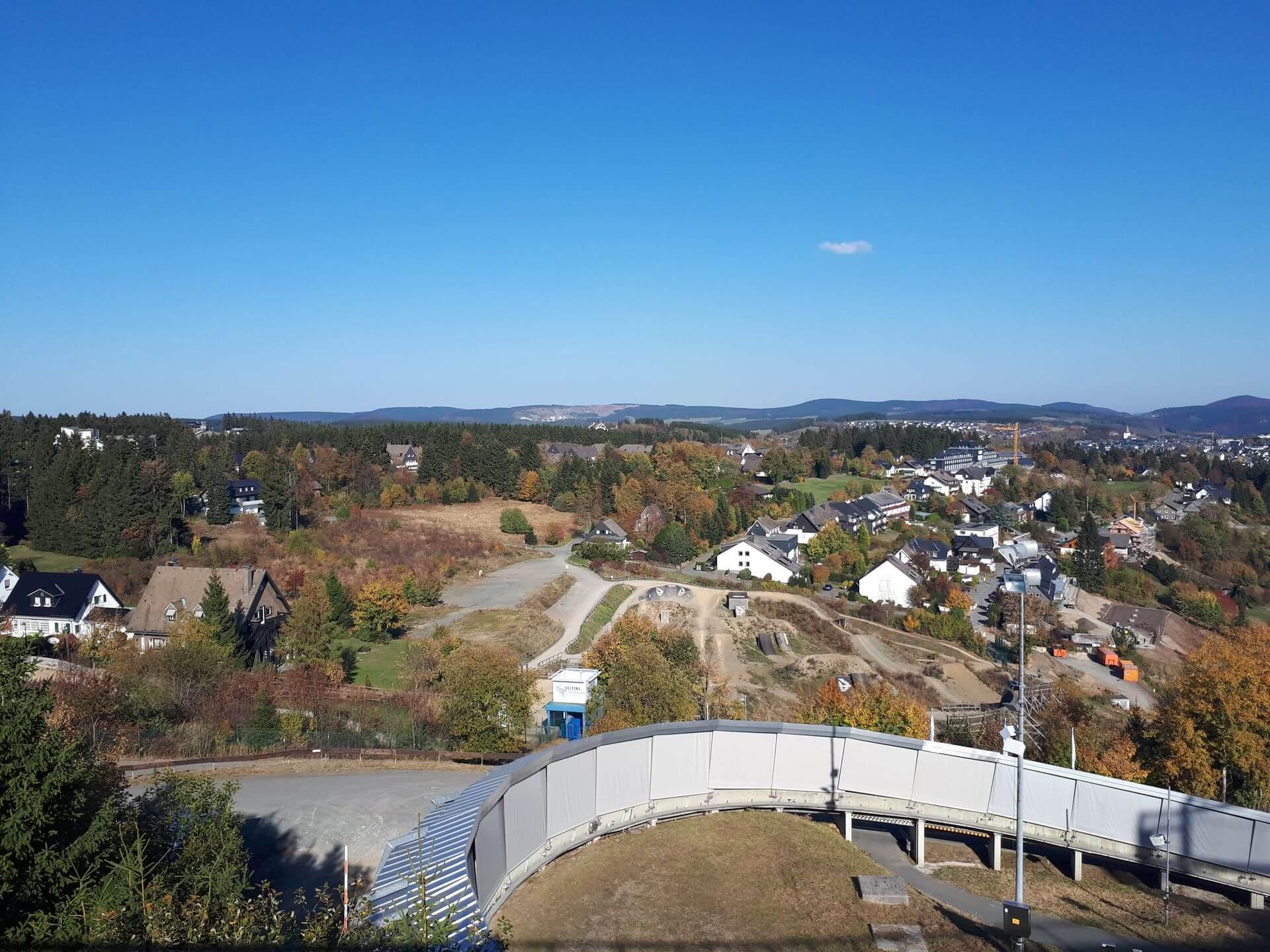 Aussicht auf Bobbahn und Bikepark Winterberg von der Panorama Erlebnis Brücke