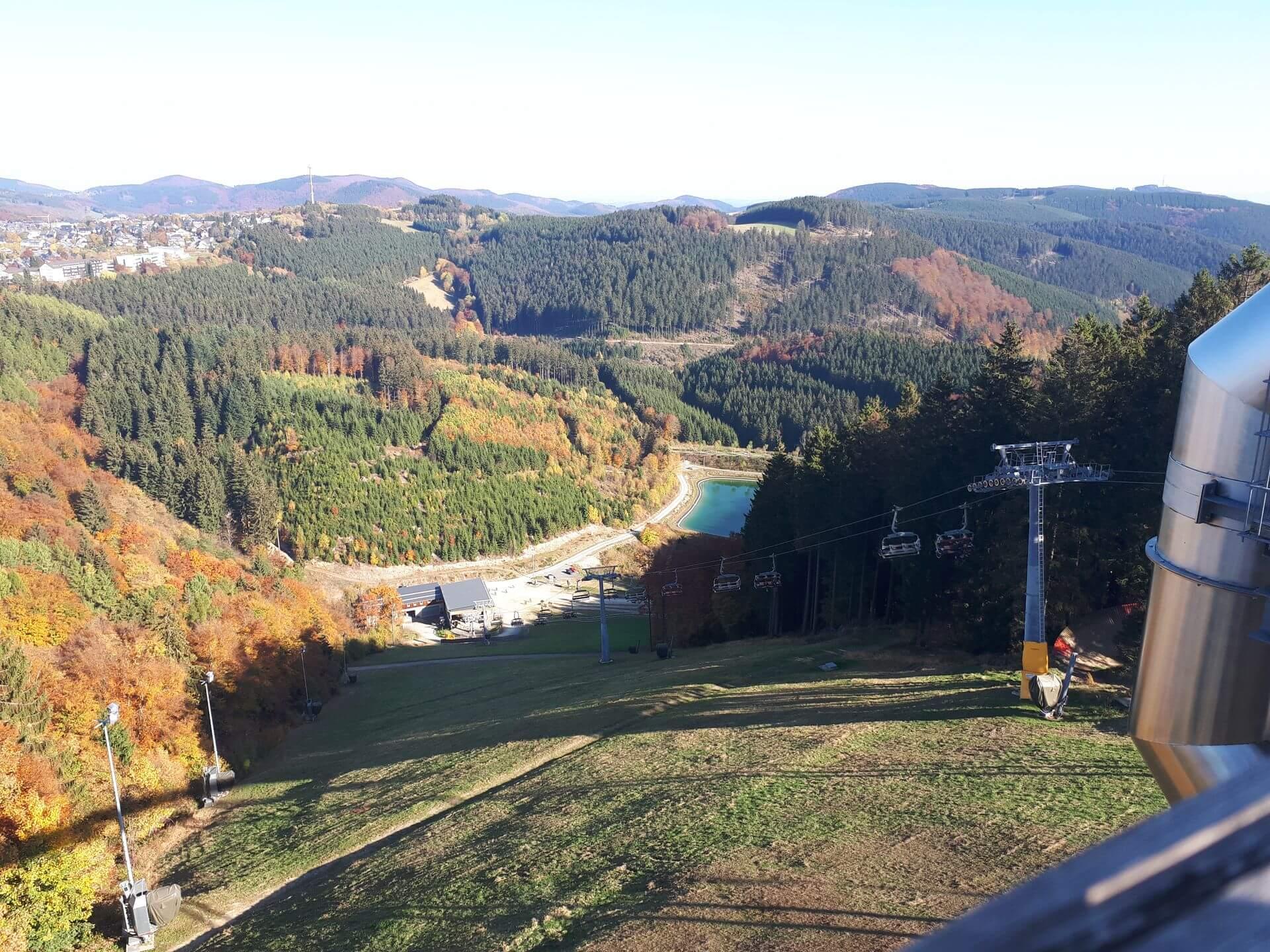 Aussicht ins Tal von der Panorama Erlebnis Brücke in Winterberg