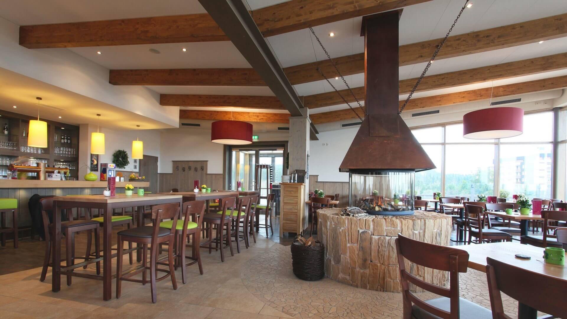 Bar und Kamin im Panorama Café-Restaurant Winterberg