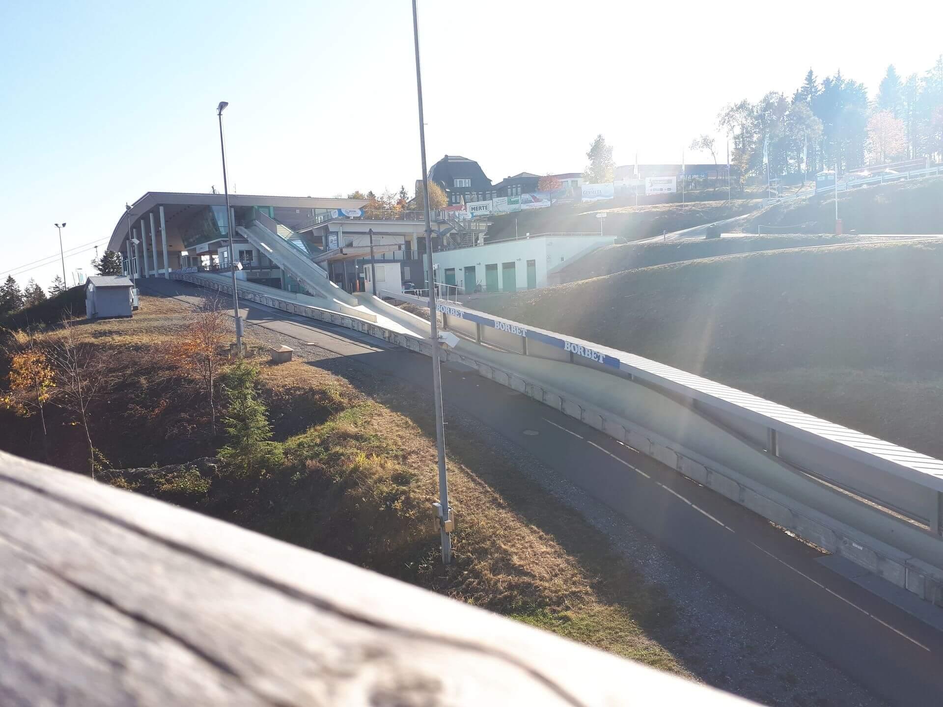 Bobhaus von der Panorama Brücke aus