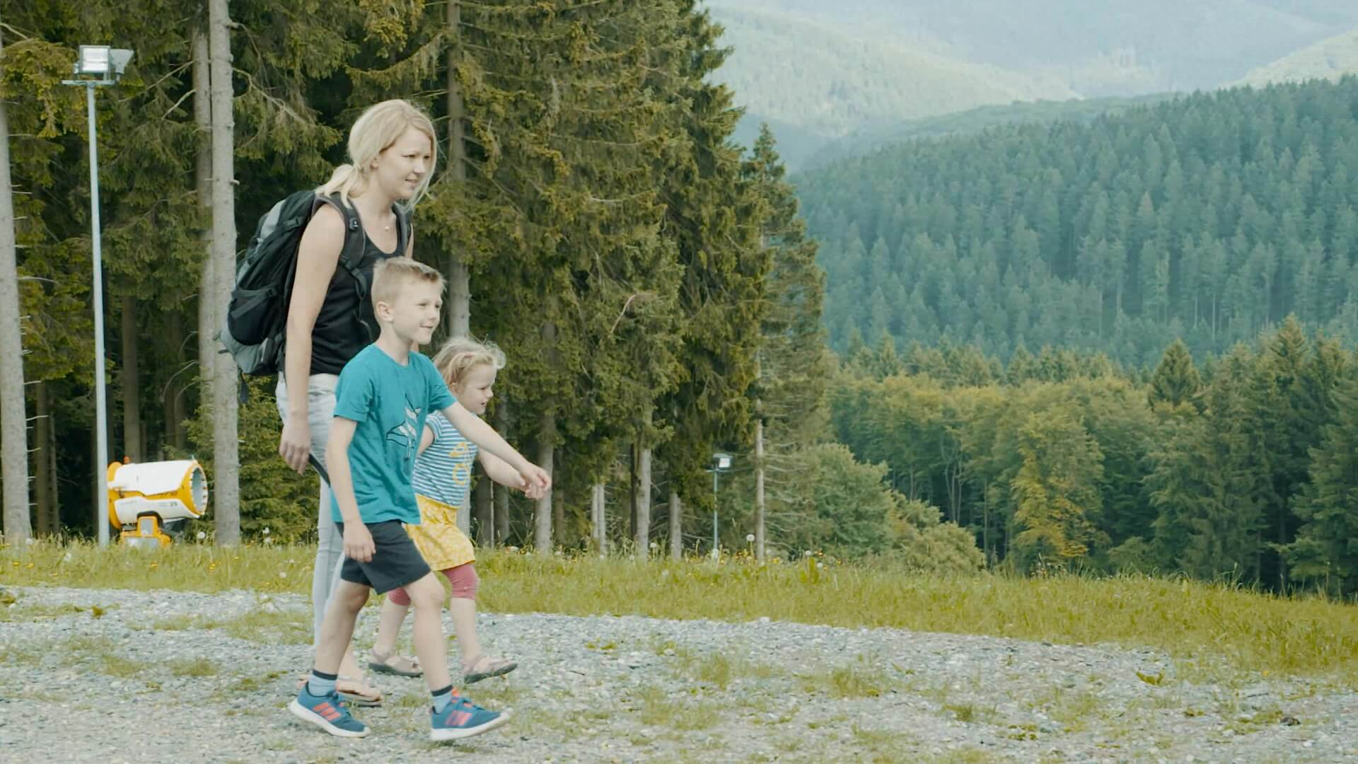 Familie im Grünen am Erlebnisberg Kappe Winterberg