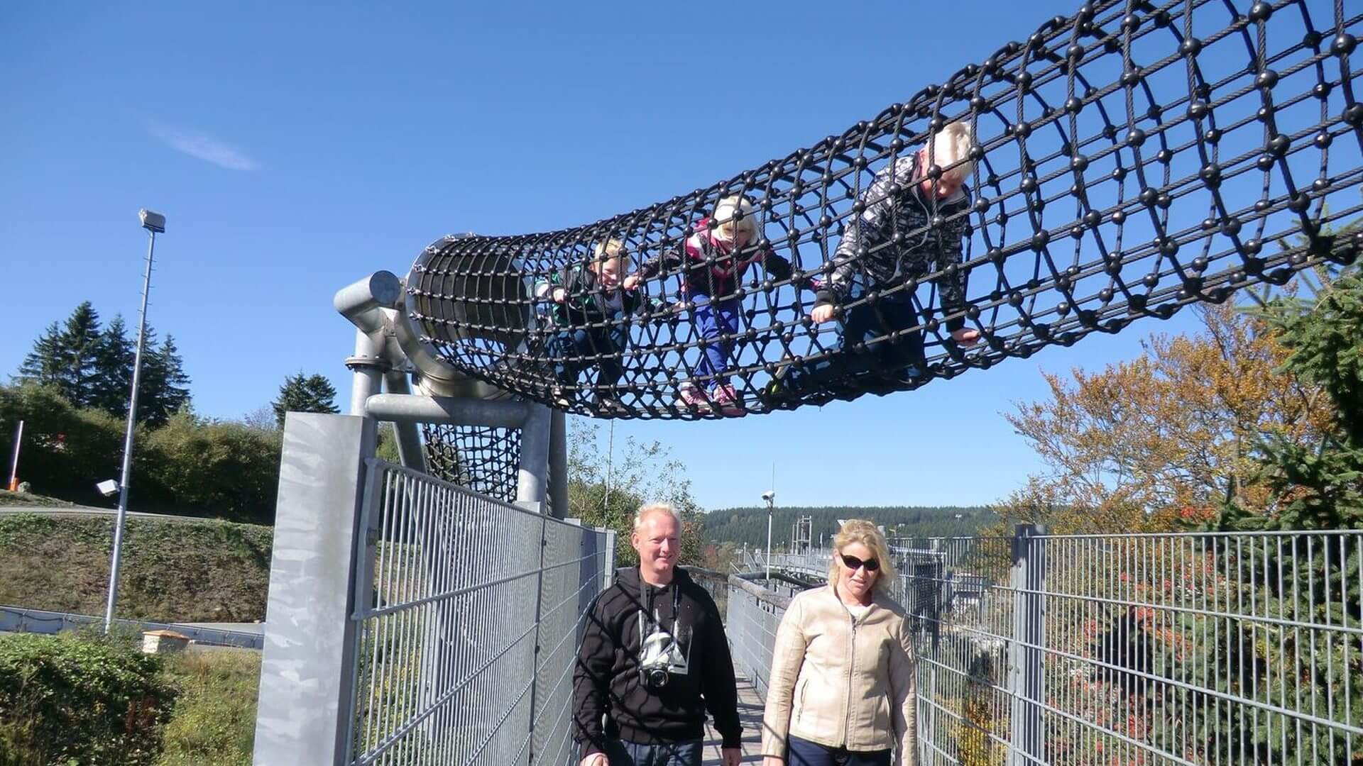 Familie klettern Panorama Erlebnis Brücke Winterberg