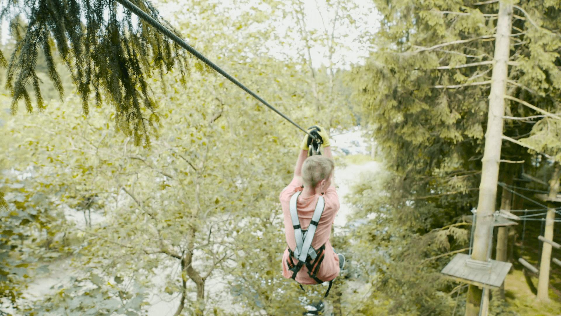 Kind fährt Seilbahn im Kletterwald Winterberg am Erlebnisberg Kappe