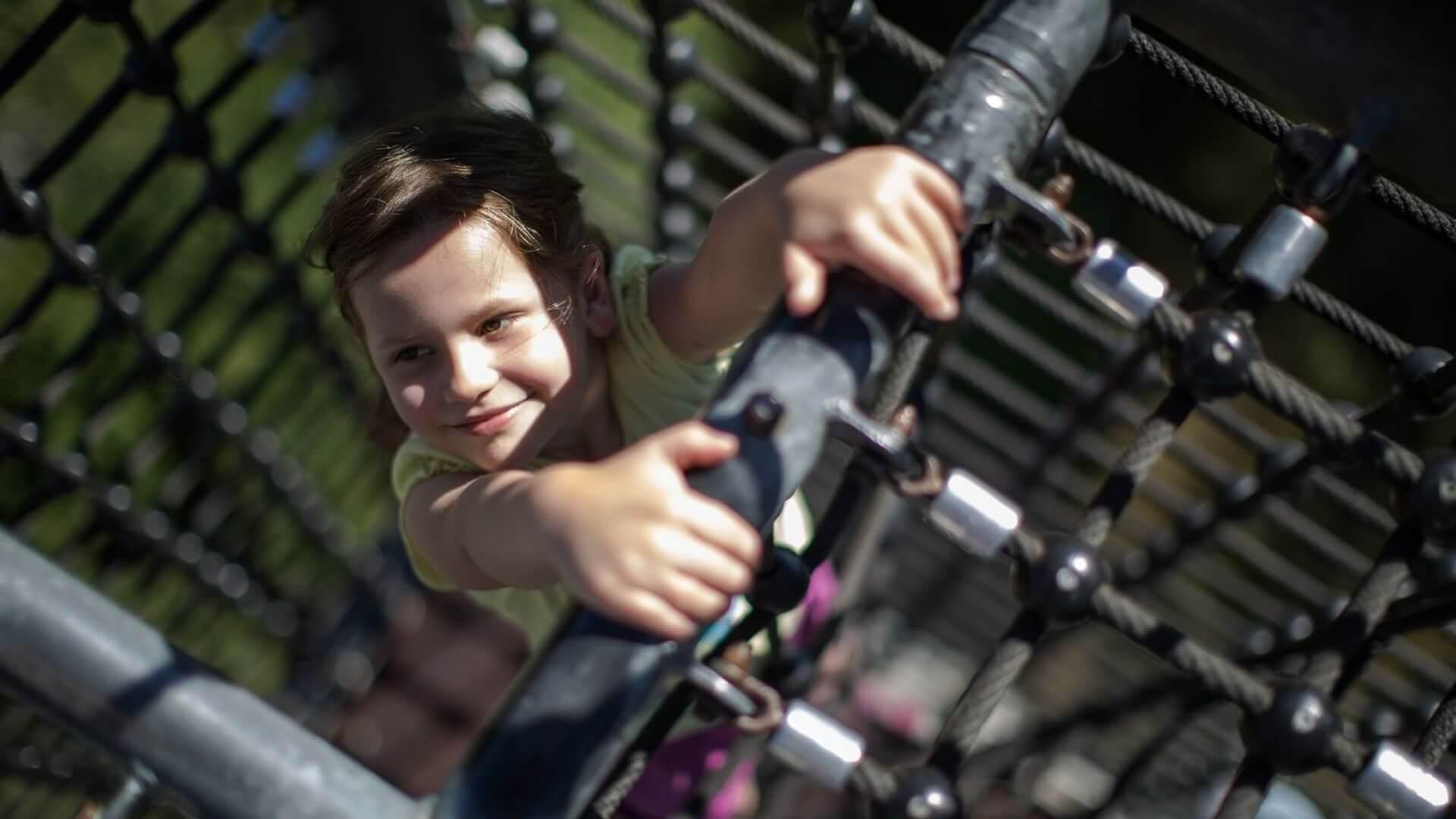 Kinder klettern auf der Panorama Erlebnis Brücke Winterberg