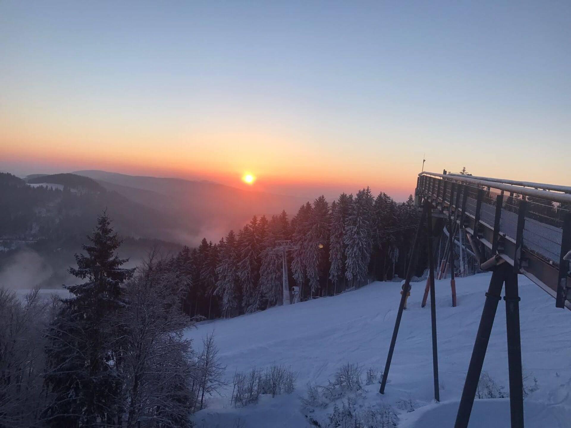 Sonnenaufgang an der Panorama Erlebnis Brücke Winterberg