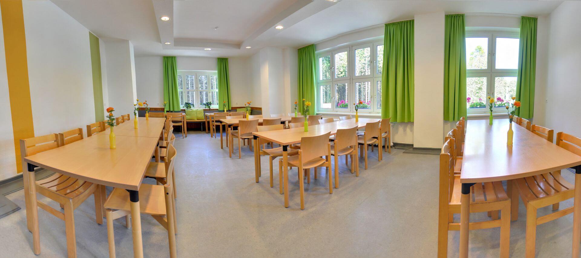 Speiseraum und Gruppenraum im Hostel Erlebnisberg Kappe in Winterberg