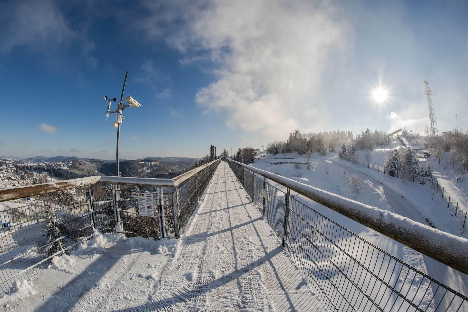 Winter auf der Panorama Erlebnis Brücke am Erlebnisberg Kappe Winterberg